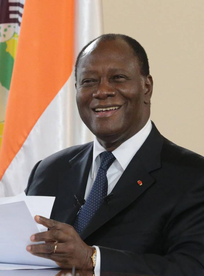 COTE D'IVOIRE : LE PROCESSUS DE RECONCILIATION NATIONALE S'ACCELERE Le président ivoirien Alassane Ouattara a acté la remise du passeport diplomatique à Laurent Bagbo. Un acte qui ouvre la voie à un éventuel retour de l'ancien président, 9ans après son absence au pays. La candidature d'Alassane Ouattara en vue d'un troisième mandat avait suscité de vives tensions politiques en Côte D'Ivoire. L'opposition constituée essentiellement d'anciens chefs d'État a même qualifié cet acte de coup d'état constitutionnel. Un tableau qui a occasionné les violences pré et postélectorales avec à la clé plusieurs morts et blessés, laissant planer l'ombre des conflits antérieurs. Notamment celui de 2010 dont les souvenirs sont encore visibles et présents dans les esprits. En effet, dans le but de décrisper la crise politique, fille du scrutin du 31 octobre, Alassane Ouatarra vainqueur de ce dernier s'est donné pour nouvelle ambition de rencontrer certains leaders politiques jugés robustes pour aplanir toutes les divergences qui y règnent.