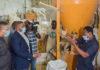 PME : LES ENTREPRENEURS ONT DIT LEURS DIFFICULTES La seconde journée de la descente effectuée par le directeur général des Petites et moyennes entreprises (PME), Rudy Stephen Mpiere-Ngouamba a été une occasion propice pour les entrepreneurs d'exposer le calvaire vécu en la période du confinement. Au cours de cette seconde descente, Rudy Stephen Mpiere-Ngouamba accompagné cette fois-ci par le directeur général de l'agence nationale de l'artisanat, Serge Gaston Mondele Mbouma a visité tour à tour, l'établissement de restauration Concept situé à Poto-poto. La délégation a été reçu par Jules Patrick Ngamba, gérant principal de Concept. Au terme de la visite guidée, il a souhaité un contact plus privé avec le directeur général pour énumérer plusieurs préoccupations ayant impacté leur activité. Avant d'ajouter « on ne peut pas pleurnicher, nous tous nous sommes censés connaître que le monde traverse un cauchemar. (…) peut être on trouvera une réponse tant attendue de notre côté ». Ensuite, le cortège a pris la direction de la rue Lénine à Moungali pour visiter Leslie Mellrose, tenancière du salon de coiffure Mellrose Hair. Celle-ci a profité de cette visite pour signaler « … du côté de l'impôt et vue le confinement, depuis le mois de mars, ça été compliqué pour nous. A commencer par la prise en charge des employés surtout sans recette et les propriétaires des maisons n'ont pas été aussi compréhensibles. On n'a reçu aucun soutien de l'Etat ».