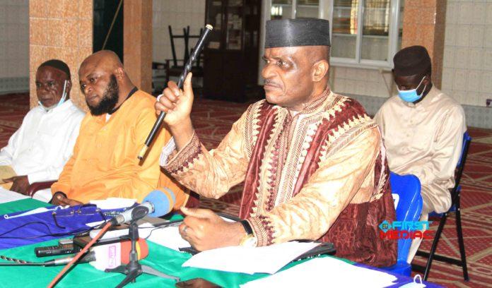 PRESIDENTIELLE 2021 : EL HADJ DJIBRIL BOPAKA MISE SUR UN SCRUTIN APAISE Le président du conseil islamique du Congo, El Hadj Djibril Bopaka se dit satisfait des conclusions de la concertation politique de Madingou au cours d'un échange ce 03 décembre avec la presse. A l'occasion d'un point de presse animé à Brazzaville, El Hadj Djibril Bopaka est revenu sur le bien fondé des assises de Madingou tenues du 25 au 26 novembre dernier. Il se félicite de la qualité des débats et de l'ambiance qui a prévalu entre différents acteurs politiques et ceux de la société civile. Face à la communauté musulmane du Congo, il a signifié que le dialogue de Madingou est « un pont vers les élections libres et apaisées » avant d'ajouter « nous sommes partis à l'essentiel dans le sens que nous avons une obligation de la constitution avec des délais qui sont déjà connus ». En dépit de son satisfécit, le président du conseil islamique du Congo souligne les quelques irrégularités liées à cette grand-messe. Le cas de certaines doléances non prises en compte pourtant formulées dans le sens d'assainir le fichier électoral, constituant la pomme de discorde à l'orée de chaque bataille électorale. A l'instar « de la question de la biométrie qui nécessite beaucoup de temps dans le processus de sa mise en place ».