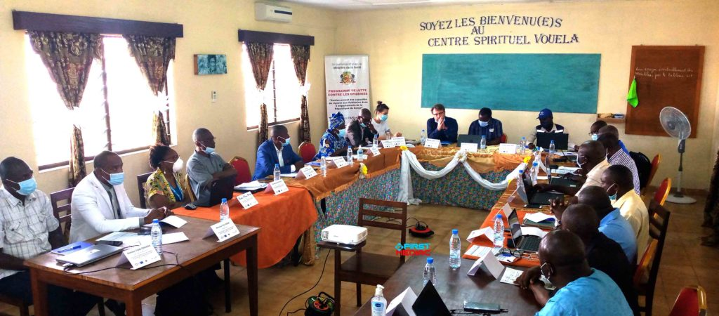 CONGO : BIENTÔT LA MISE EN ŒUVRE D'UN PROJET DE LUTTE CONTRE LES EPIDEMIES ! Les modules de formation sur la prévention et contrôle des infections (PCI) sont en révision du 12 au 14 janvier au cours d'un atelier qui a réuni à Brazzaville, les acteurs de riposte aux épidémies et plusieurs autres experts œuvrant dans l'humanitaire. La session de formation est organisée précisément à Vouela dans le huitième arrondissement Madibou, en collaboration avec la commission PCI, la Croix-Rouge congolaise ainsi que la Croix-Rouge française. L'objectif étant d'accompagner le ministère de la santé dans l'exécution du plan de riposte national, afin de limiter la propagation du covid-19 et favoriser l'accès aux soins de santé primaire des populations. Durant trois jours, les dix-huit séminaristes ont pour vocation d'ajuster les modules à un contexte volatile qui ne cesse d'évoluer ; harmoniser les contenues de ces formations et enfin acquérir des supports homologués par le ministère de la santé. A l'ouverture des travaux, le chef de délégation de la croix rouge française, Jérôme SOCIE a énoncé que d'autres formations sont en vue et « seront dispensées à différents niveaux de la pyramide sanitaire, ainsi qu'au sein de la croix rouge congolaise sur les thématiques suivants : la communication des risques et engagement communautaire (CREC), la surveillance à base communautaire (SBC), ainsi que le respect des standards de PCI ». Souhaitant plein succès à la session, le responsable de la commission PCI nationale, Docteur Lambert Kitembo a indiqué aux participants que « les livrables sont attendus et nous pensons que tout le monde s'alignera derrière ces livrables de telle sorte qu'il n'y ait pas cacophonie. Et, nous contenons à constituer une banque de données à partir de cet instant » pour servir aux besoins futurs. A noter que ladite formation s'inscrit dans le cadre du projet de lutte contre les épidémies. Un projet financé par l'Agence française de développement (AFD), et la délégati