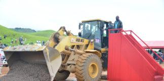 INTEGRATION SOUS REGIONALE : DENIS SASSOU N'GUESSO A LANCE LES TRAVAUX DE LA ROUTE DOLISIE-KIBANGOU Le Chef de l'Etat congolais a lancé, le 23 janvier, les travaux de construction de la route Dolisie-Kibangou. La cérémonie s'est déroulée au village ''Pont du Niari'', dans le district de Kibangou, en présence des représentants de la CEEAC et de la BAD, ainsi que des populations de la contrée, venues en masse, vivre en direct l'événement. Le gouvernement congolais s'emploie à réaliser son programme de construction des infrastructures, sur toute l'étendue du territoire nationale. Le bien-être des populations et l'intégration de l'Afrique centrale dépendent de la mise en œuvre de ce programme. Cette détermination s'est traduite, le samedi 23 janvier, au village Pont du Niari, avec le lancement, par le par président de la République, Denis Sassou N'Guesso, des travaux de construction de la route Dolisie-Kibangou. Fruit de la coopération multilatérale entre le Congo et la BAD, la route Dolisie-Ndéndé (Gabon), est longue de 272 Km, soit 226 au Congo et 46 au Gabon. Dans sa partie congolaise, cette route est une composante essentielle du plan national de transports (PNT). Du côté du Gabon, elle s'inscrit dans le cadre des documents stratégiques pays (DSP). Ces deux programmes sont appuyés par la CEEAC, selon le ministre congolais de l'aménagement, de l'équipement du territoire et des grands Travaux, Jean-Jacques Bouya. Enumérant les caractéristiques de cette route, le ministre Jean-Jacques Bouya, a fait savoir qu'elle présente, de bout en bout, une chaussée souple de 7,5 mètres de large et de 2 x 2 mètres d'accotement. Elle est assise sur 25 cm de grave latéritique naturelle, 15 cm de grave latéritique de couche de fondation, 20 cm de tout-venant concassé, de couche de base et 5 cm de béton bitumineux de revêtement. La nécessité de respecter le délai d'exécution a conduit à la scission des travaux en deux phases : la première, débutée en mars 2019 est elle-même scindée en d