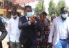 PRÉSIDENTIELLE 2021 : CRADJ ET JDD ADHÈRENT A LA RÉVISION DES LISTES ÉLECTORALES Les associations apolitiques : Cercle de réflexion et d'action pour le développement de la jeunesse (Cradj) et Jeunesse dynamique pour le développement (Jdd) encouragent la population de Moungali à prendre massivement part à la campagne de révision des listes électorales en cours. A l'occasion d'une descente effectuée ce 03 février à la maison commune de Moungali, le président de ces deux associations, Franck Siolo à la tête d'une forte délégation est venu s'enquérir du bon déroulement des opérations d'enroulement des électeurs. Un échantillon de près d'une centaine de personnes ont été mobilisées pour la circonstance. Le but étant d'une part, de les accompagner à la vérification de leur nom sur les listes électorales affichées. Et, les permettre de procéder à leur identification afin d'obtenir leur carte d'identité d'autres part. Cette implication de Franck Siolo a été saluée par le maire du quatrième arrondissement de Brazzaville, ... qui l'a reçu à son arrivée. Ainsi, après avoir constaté l'engouement de certains et la réticence d'autres citoyens suite aux spéculations autour de ce scrutin majeur prévu le 21 mars prochain, le président du Cradj et Jdd a délivré un message pertinent. Face à la presse, Franck Siolo souligne « Nous constatons que nous avons beaucoup d'hommes et de femmes qui n'avaient pas encore vérifié leur situation sur les listes électorales. Beaucoup n'étaient encore inscrits. Nous avons donc voulu dynamiser ces personnes-là à vouloir venir s'inscrire parce qu'il s'agit là d'une étape importante dans le processus électoral. Une étape qui permettra à tous ceux qui se seront inscrits de bénéficier des cartes électeurs et de pouvoir exercer librement leur acte civique ». En effet, Franck Siolo est convaincu que les forces vives ont un rôle majeur à jouer dans ce processus au-delà des obédiences politiques déjà très actives sur le terrain. Par ailleurs, il affirme « j'a
