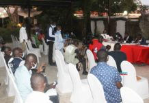 Le président de la Fédération congolaise de Judo et disciplines associées (Fécoju-da) Marien Ngouabi Ikama maintient la tenue de l'assemblée générale élective en date du 17 février 2021. A cet effet, il rejette en bloc, la demande de son annulation par le ministère des sports. Marien N'Gouabi Ikama a confirmé la tenue de cette élection au cours d'une conférence de presse qu'il a animée le 15 février avec son bureau exécutif à Brazzaville. Ainsi, dans une atmosphère conviviale, les documents contenant les courriers et rapports de travail entre le comité de normalisation, la fédération et le ministère des sports ont été au préalable mis à disposition de la presse sportive nationale et internationale, afin de mieux s'imprégner de la situation. Ces documents servant de preuve, relatent étape par étape la crise de Judo depuis 2016. Cet acte plantant le décor des ''préliminaires'' d'un face à face imminent et tant attendu a eu lieu avant que le secrétaire général de la Fécoju-da par intérim, Serge … Aya puisse rebondir sur l'historique du conflit depuis sa genèse. Dans son allocution, Marien N'Gouabi Ikama a signifié aux journalistes queson intervention s'inscrit dans le cadre de la recommandation de la Fédération internationale de judo (Fij) par l'Union africaine de Judo (Uaj) qui lui a instruit d'organiser l'assemblée générale élective avec un corps électoral de 24 clubs. Plusieurs préoccupations ont été soulevées, notamment, d'entrée de jeu, ce qui dérange la Fécoju-da a reporté son électionet si y a eu des démarches effectuées auprès du directeur des activités sportives Gin-Clord Samba Samba, membre du comité de normalisation qui est selon la Fécoju-da sensé établir un rapport d'étape au ministère. En réponse, Serge … Aya révèle à la presse que la demande d'annulation en est la deuxième du genre et intervient toujours au moment où toutes les conditions sont réunies. «La convocation a été déposée depuis le 25 janvier au ministère qui avait tout son temps pour demander 