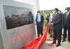 L'université Denis Sassou N'Guesso se veut être un instrument d'intégration africaine. C'est la volonté du gouvernement congolais, exprimée à l'occasion de l'inauguration du premier module de cette université par le président de la République Denis Sassou N'Guesso, en présence des chefs d'Etat du Niger, du Sénégal et de la Guinée Bissau, le 05 février 2021. La coupure du ruban symbolique et le dévoilement de la plaque inaugurale constituent l'essentiel des gestes du président de la République lors de cette cérémonie d'inauguration qui s'est clôturée par la visite des locaux par Denis Sassou N'Guesso et ses hôtes. Mais avant cette étape, la cérémonie a connu quatre allocutions et un rituel. Devant les habitants de Kintélé émerveillés, le préfet du département du Pool, Georges Kilébé qui a ouvert le bal, s'est dit très comblé. Il a remercié le président de la République pour avoir pensé au développement du capital humain en érigeant ce temple du savoir à Kintélé qui, a-t-il dit, prend, de plus en plus, l'allure d'une commune urbaine, au regard de nombreuses réalisations dont elle bénéficie de la part de l'Etat congolais. Le projet de ce temple du savoir date de 10 ans, a révélé le professeur qui succédé au préfet sur le lutrin, en sa qualité de président du comité de direction de l'université. Faisant la genèse du projet relatif à la construction d'une grande université nationale sur les hauteurs de Kintélé, Théophile Obenga a fait savoir que l'idée de ce projet a germé sur les bords de l'Alima, sur le site de Ngol'odoua, où le président Denis Sassou N'Guesso l'avait reçu. Le silence nocturne qui avait alors marqué l'accueil présidentiel renfermait déjà l'allégresse d'aujourd'hui, a relevé le professeur Obenga. Le président de l'université Denis Sassou N'Guesso de Kintélé, le professeur Ange Antoine Abena a, quant à lui, eu l'insigne honneur de remettre, après les avoir décrits, quatre toges de son établissement d'enseignements supérieur aux quatre chefs d'Etat présen