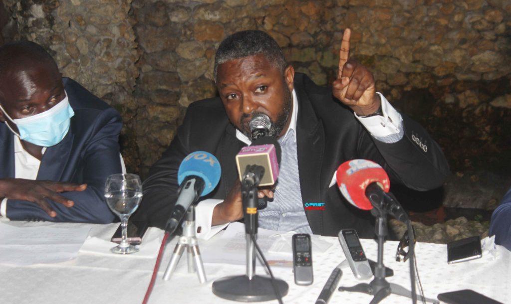 Le président de la Fédération congolaise de Judo et disciplines associées (Fécoju-da) Marien Ngouabi Ikama maintient la tenue de l'assemblée générale élective en date du 17 février 2021. A cet effet, il rejette en bloc, la demande de son annulation par le ministère des sports. Marien N'Gouabi Ikama a confirmé la tenue de cette élection au cours d'une conférence de presse qu'il a animée le 15 février avec son bureau exécutif à Brazzaville. Ainsi, dans une atmosphère conviviale, les documents contenant les courriers et rapports de travail entre le comité de normalisation, la fédération et le ministère des sports ont été au préalable mis à disposition de la presse sportive nationale et internationale, afin de mieux s'imprégner de la situation. Ces documents servant de preuve, relatent étape par étape la crise de Judo depuis 2016. Cet acte plantant le décor des ''préliminaires'' d'un face à face imminent et tant attendu a eu lieu avant que le secrétaire général de la Fécoju-da par intérim, Serge … Aya puisse rebondir sur l'historique du conflit depuis sa genèse. Dans son allocution, Marien N'Gouabi Ikama a signifié aux journalistes queson intervention s'inscrit dans le cadre de la recommandation de la Fédération internationale de judo (Fij) par l'Union africaine de Judo (Uaj) qui lui a instruit d'organiser l'assemblée générale élective avec un corps électoral de 24 clubs. Plusieurs préoccupations ont été soulevées, notamment, d'entrée de jeu, ce qui dérange la Fécoju-da a reporté son élection et si y a eu des démarches effectuées auprès du directeur des activités sportives Gin-Clord Samba Samba, membre du comité de normalisation qui est selon la Fécoju-da sensé établir un rapport d'étape au ministère. En réponse, Serge … Aya révèle à la presse que la demande d'annulation en est la deuxième du genre et intervient toujours au moment où toutes les conditions sont réunies. « La convocation a été déposée depuis le 25 janvier au ministère qui avait tout son temps pour demande