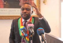 PRÉSIDENTIELLE 2021 : LES ÉLUS LOCAUX DE LA MAJORITÉ PRESIDENTIELLE S'Y ENGAGENT ! Les conseillers municipaux de Brazzaville, constitués en collectif, appellent les populations à prendre massivement part au processus d'enrôlement des électeurs en vue du scrutin présidentiel du 21 mars prochain. L'invite a été formulée le 03 février à la mairie centrale lors du lancement de la campagne de sensibilisation citoyenne pour l'inscription aux listes électorales. La circonstance a connu un seul discours lu par le conseiller Michel Arnaud Ngakala, coordonnateur de ce collectif. Ce dernier, très enthousiaste, a interpelé ses collègues de s'impliquer pleinement auprès des populations brazzavilloises au fin de les inciter à s'inscrire en grand nombre sur les listes électorales. Dans son allocution, Michel Arnaud Ngakala a également rappelé les critères à remplir par tout électeur. « Quatre conditions sont exigées pour exercer son droit de vote : être de nationalité congolaise ; jouir de ses droits civiques et politiques ; être âgé d'au moins dix-huit ans révolu et s'inscrire sur la liste électorale » a-t-il signifié. Ainsi, pour atteindre leur objectif, les élus locaux vont prendre d'assaut chaque artère de la capitale afin de susciter l'intérêt des populations pour cette campagne d'enrôlement. Et, en si peu de temps, Michel Arnaud Ngakala rassure de démontrer la force des élus locaux de la majorité présidentielle par leur capacité à mobiliser le plus grand nombre d'électeurs pour assurer la victoire de leur ''Champion'', le candidat Denis Sassou N'Guesso. En outre, ce dernier a exhorté sur l'observation et la préservation de la paix au cours de cette période électorale. Selon lui, « il est donc nécessaire de rappeler à tous les citoyens et responsables politiques, l'importance de la paix et de la stabilité dans le pays pendant tout le processus électoral. Nous les invitons à œuvrer pour la paix ». Notons qu'un folklore de tam-tams et de danse traditionnelle exécuté par un grou